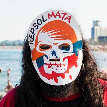 Multitudinaria cadena humana en la playa de Barcelona contra las prospecciones de Repsol en Canarias y en Cataluña